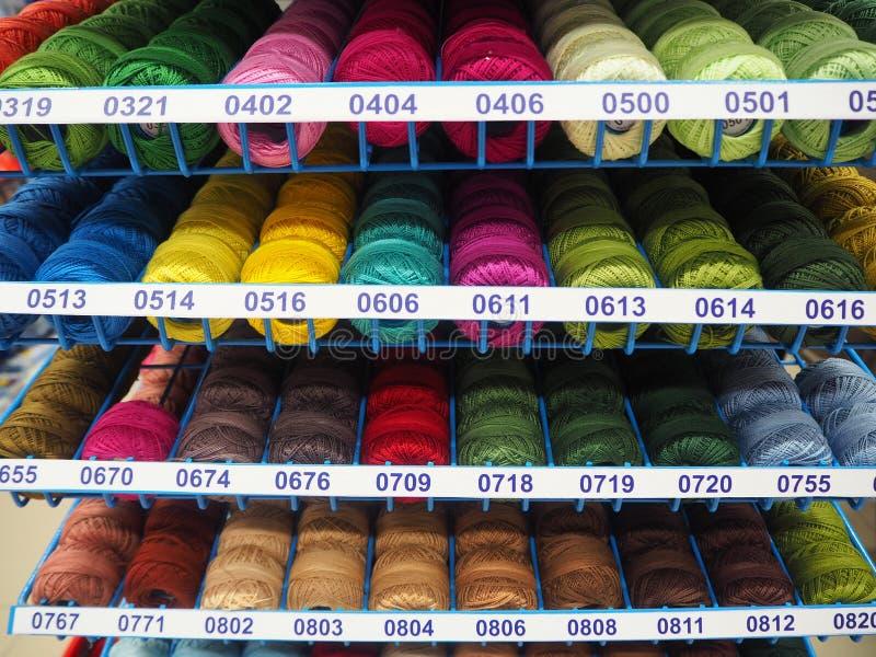 Olika färgtrådar för handgjort royaltyfri bild