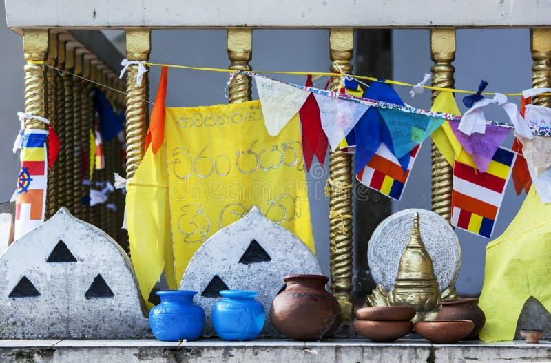 Olika flaggor och krukor inom templet av den sakrala tandreliken arkivbilder