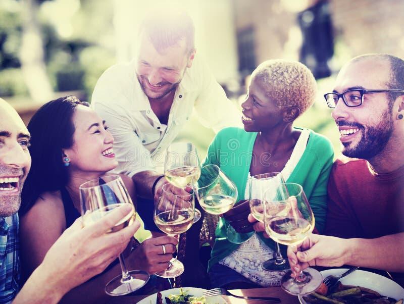Olika folkvänner som hänger ut att dricka begrepp arkivfoton