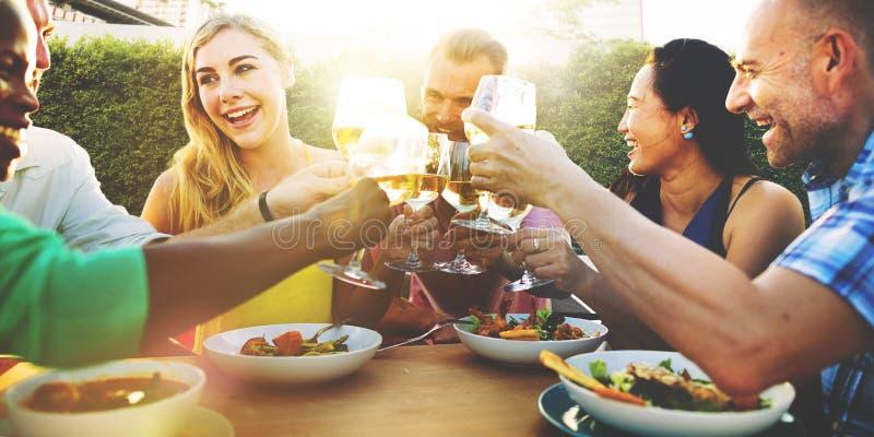 Olika folkvänner som hänger ut att dricka begrepp royaltyfri fotografi