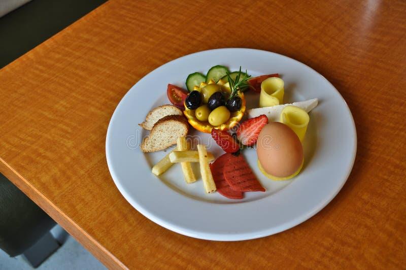Olika foods för frukost i den vita plattan royaltyfria bilder