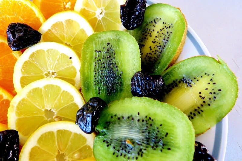 Olika frukter, apelsiner, citroner, kiwi och katrinplommoner royaltyfri foto