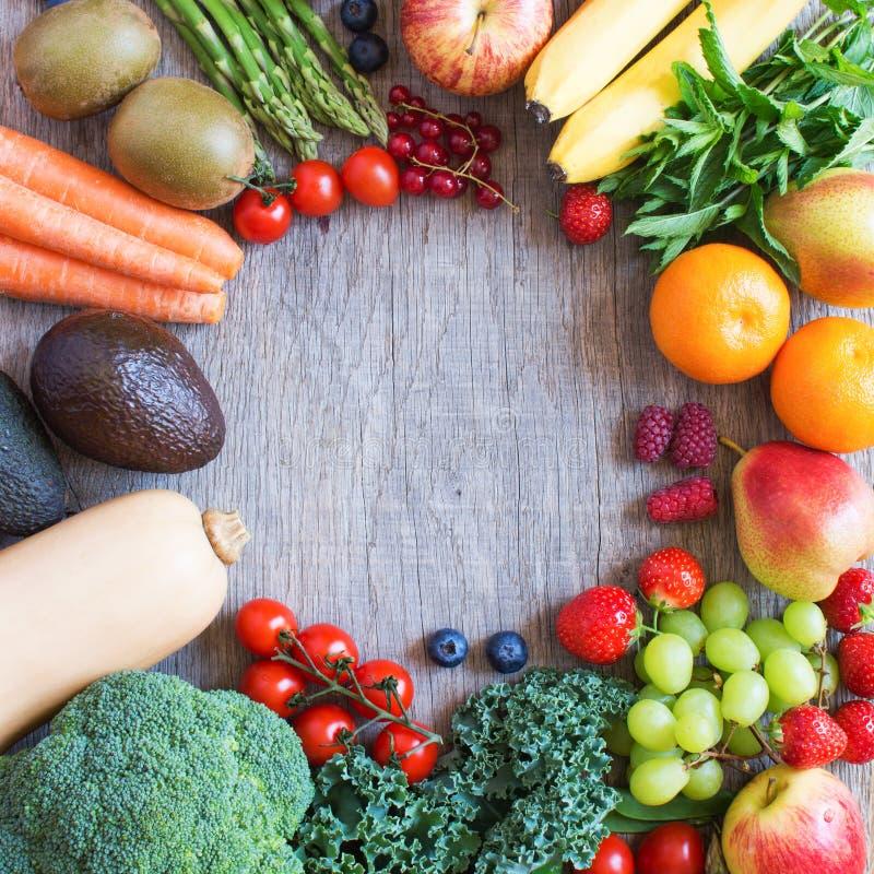 Olika frukter och grönsaker på trätabellen arkivfoto