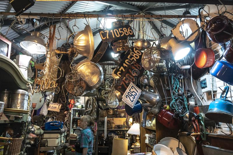 Olika gamla grejer som ?r till salu i marknaden av San Telmo, Buenos Aires, Argentina royaltyfri fotografi