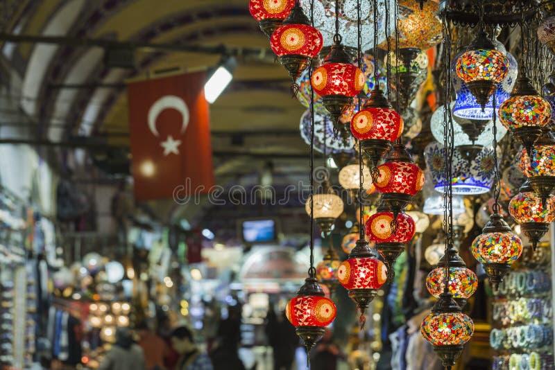 Olika gamla lampor på den storslagna basaren i Istanbul arkivfoto