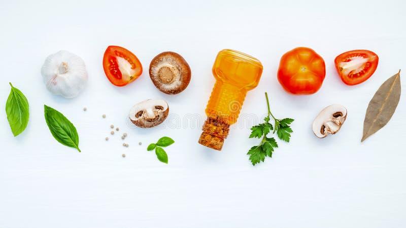 Olika grönsak och ingredienser för att laga mat pastamenysötsaken royaltyfri bild