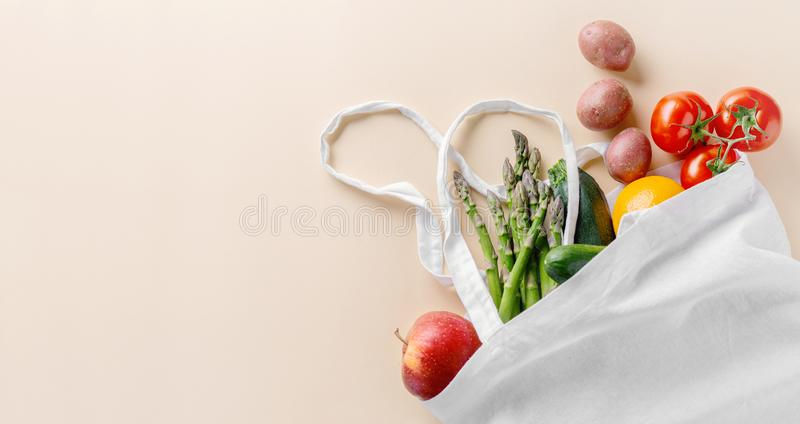 Olika grönsaker i textilpåse på beiga arkivfoton