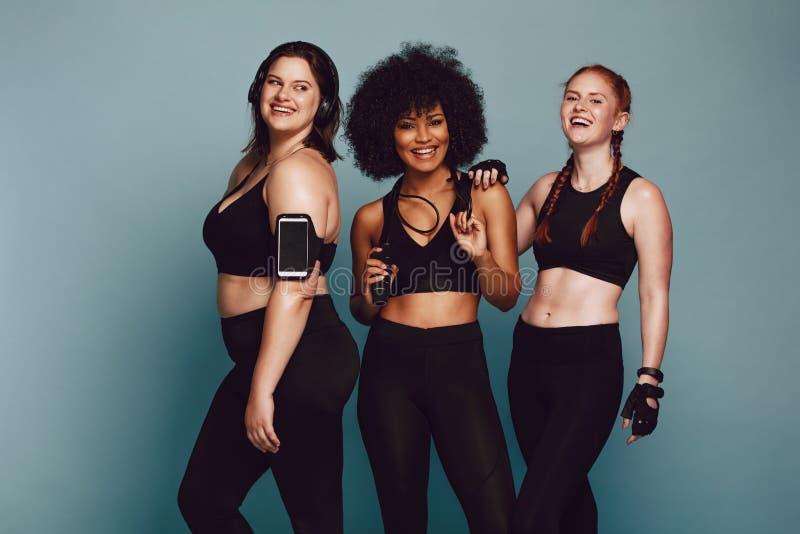 Olika gruppkvinnor i sportswear royaltyfria bilder