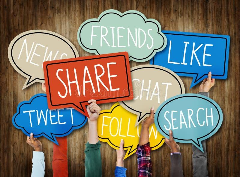 Olika händer som rymmer socialt massmediaanförande, bubblar begrepp royaltyfri fotografi