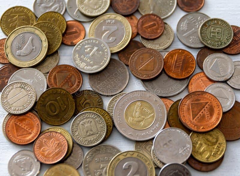 Olika internationella mynt arkivfoton