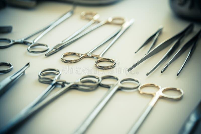 Olika kirurgiska hjälpmedel royaltyfri fotografi