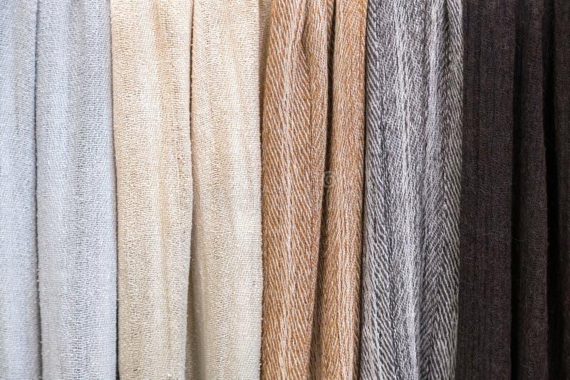 Olika klädtexturer av den fina torkduken på en skräddare shoppar colo royaltyfri bild