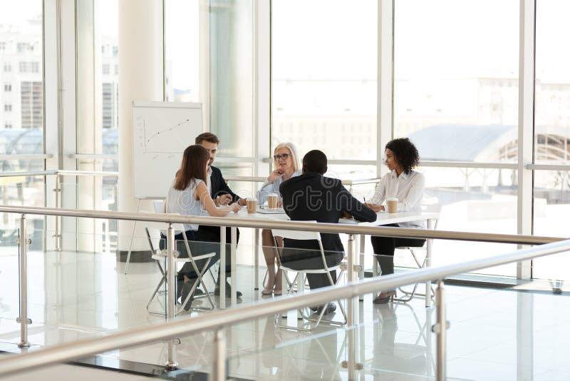 Olika kollegor som diskuterar projekt på företagsmötet i bräderum royaltyfri foto