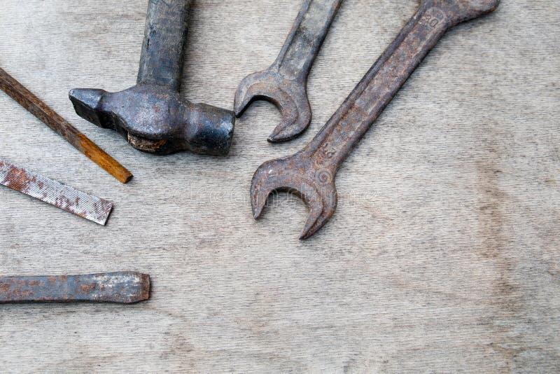 Olika konstruktions- och handhjälpmedel på träbräde royaltyfri foto