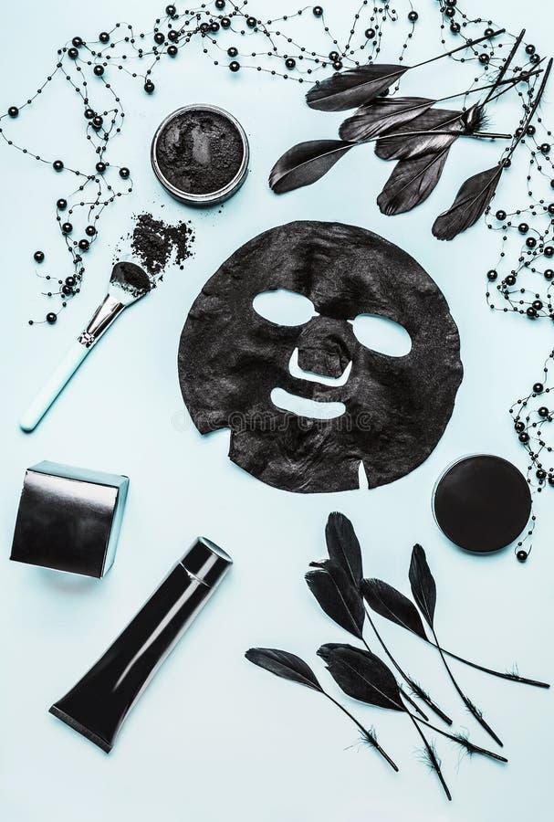 Olika kosmetiska produkter med aktiverat kol för ansikts- hudomsorg på ljus bakgrund, bästa sikt, royaltyfri fotografi