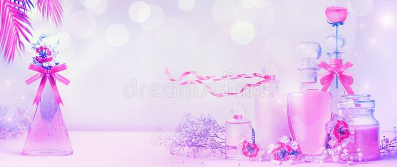 Olika kosmetiska produktflaskor i neonfärg med band och blommor som står på rosa purpurfärgad bakgrund med bokeh Hudomsorg, royaltyfri foto