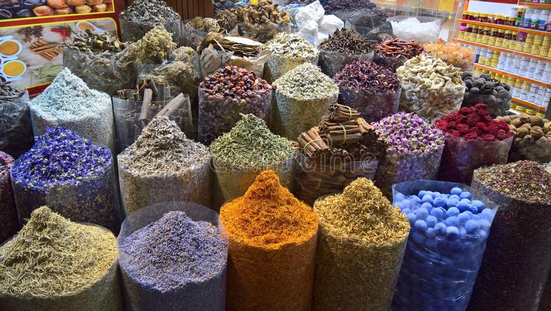 Olika kryddor som visas i en marknad royaltyfria foton