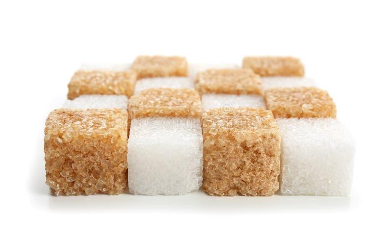 Olika kuber av socker på vit bakgrund fotografering för bildbyråer