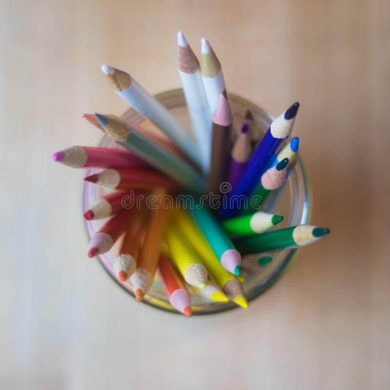 Olika kulöra blyertspennor i bästa sikt för krus arkivfoto