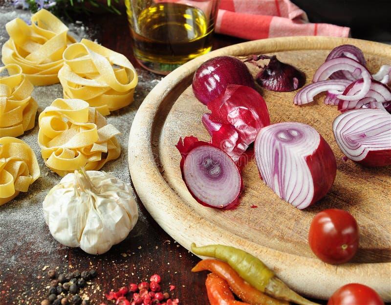 Olika läckra matingredienser och färgrika kryddor på trätabellen arkivfoto