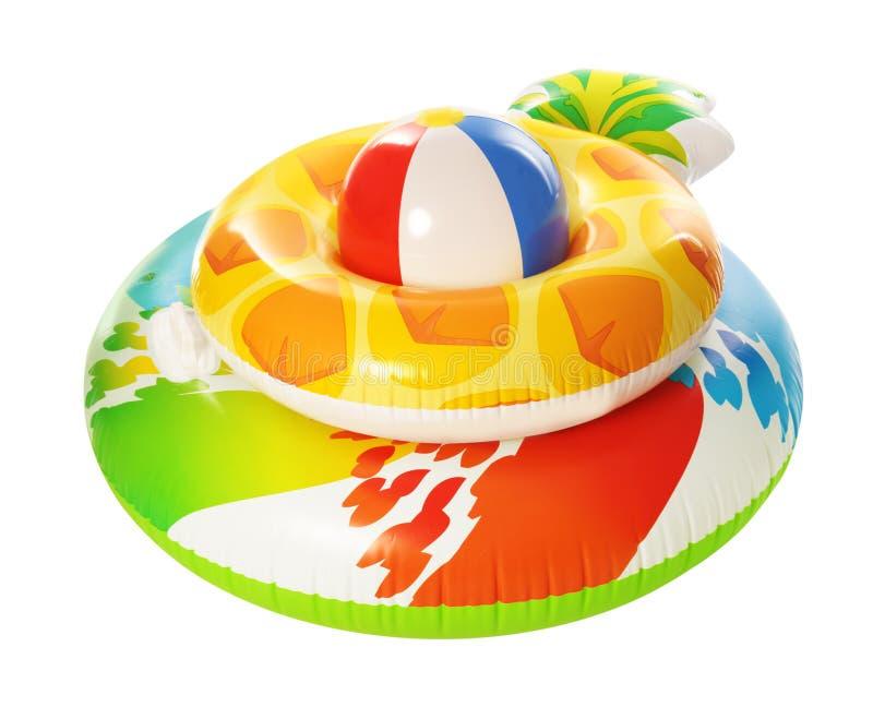 Olika ljusa uppblåsbara cirklar med strandbollen lycklig din feriesommar f?r familj fotografering för bildbyråer