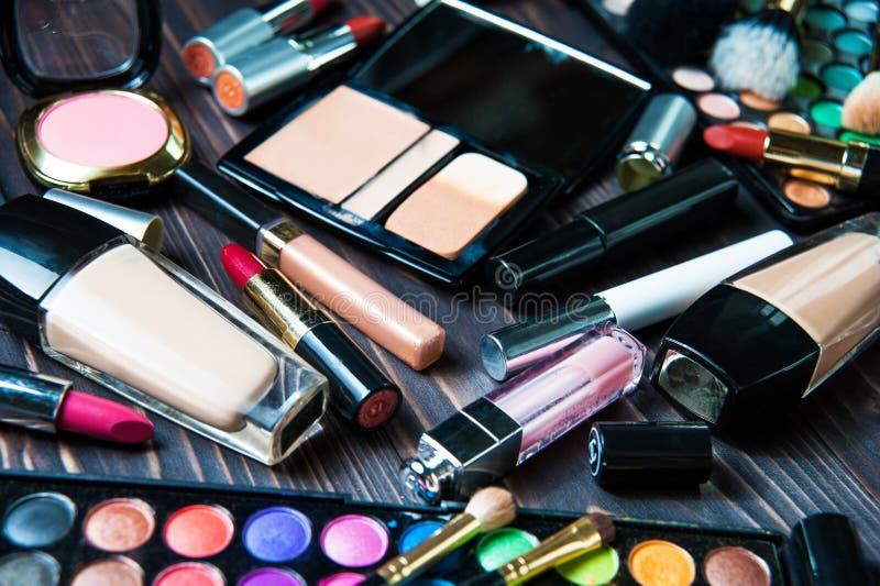 Olika makeupprodukter på mörk bakgrund arkivfoton