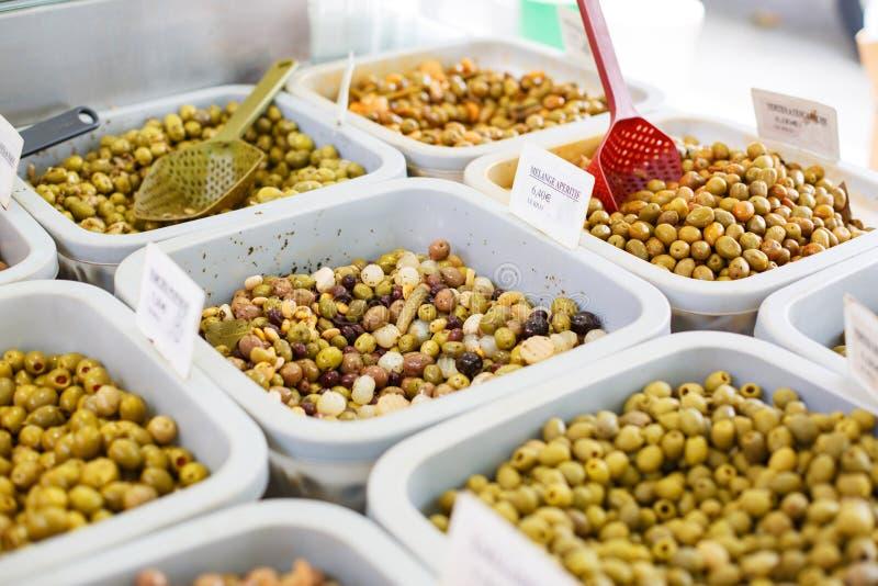 Olika marinerade oliv på provencal gatamarknad i Provenc royaltyfria foton
