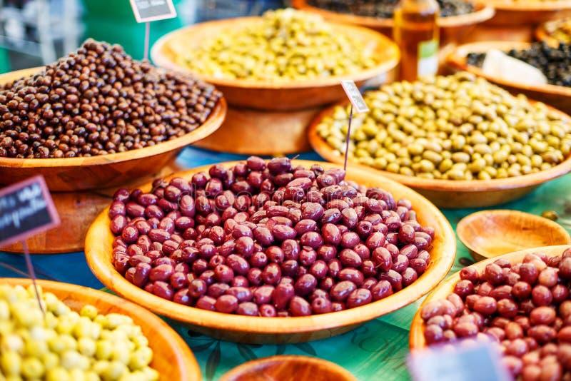 Olika marinerade oliv på provencal gatamarknad i Provenc arkivfoto