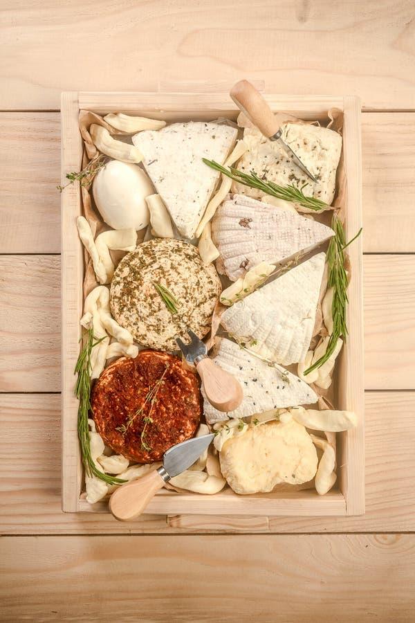Olika mejeriprodukter Blandade ostar i en träask Circassian ostmassaost Top besk?dar arkivfoto