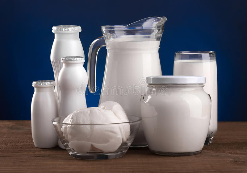 Olika mejeriprodukter: ost mjölkar yoghurtkefir arkivfoton