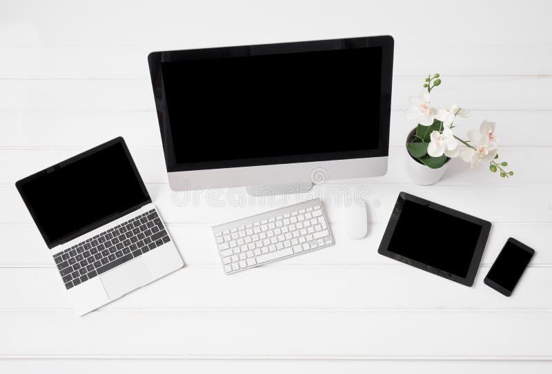 Olika moderna grejer på skrivbordet arkivfoton