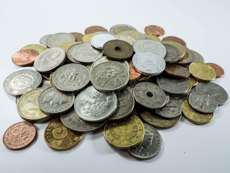 Olika mynttyper på vit bakgrund arkivbilder