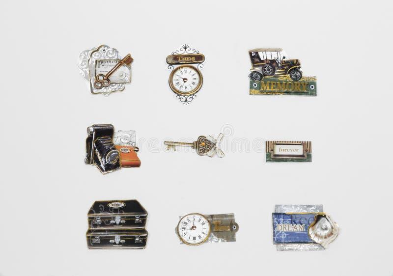 Olika nödvändiga retro, tappningklassikeretiketter och objekt med skriftliga ord som isoleras på grå bakgrund arkivfoton