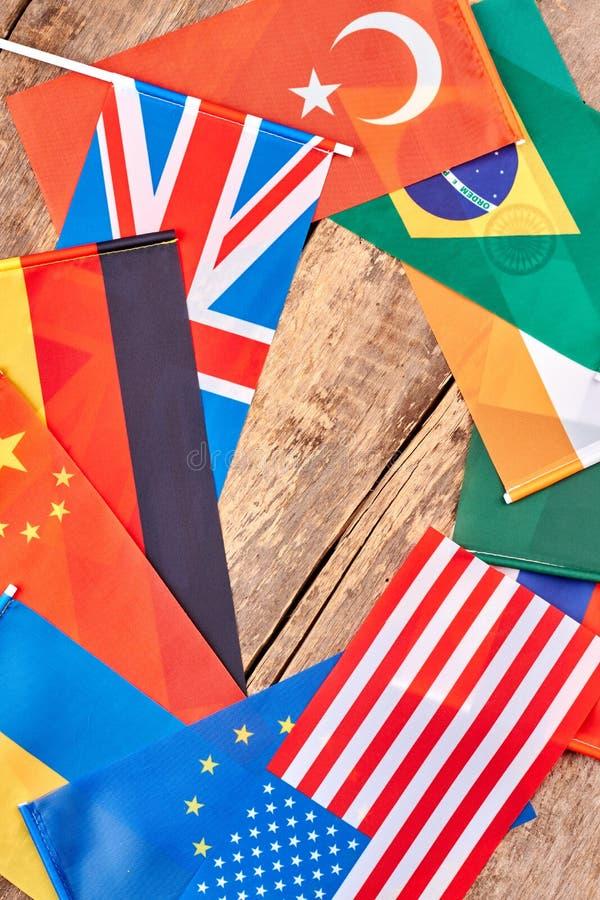 Olika nationsflaggor på trä arkivfoton