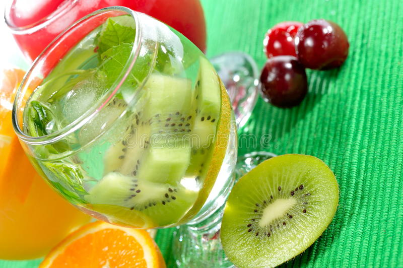 Olika naturliga nya fruktsaft och frukter fotografering för bildbyråer