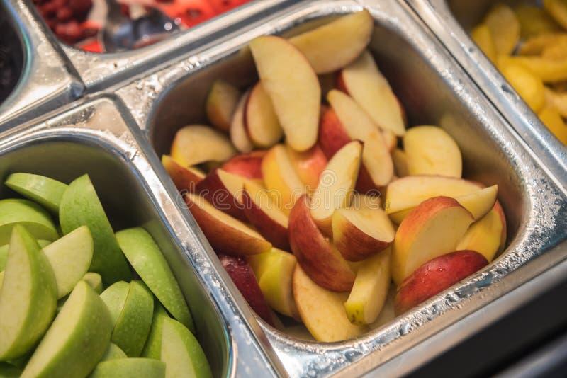 Olika ny sunda objekt för frukt- och grönsaksalladstång arkivfoton