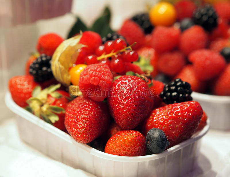 Olika nya frukter och bär arkivfoto