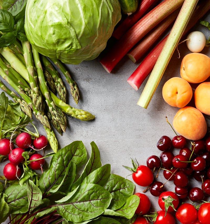 Olika nya grönsaker och frukter royaltyfria bilder