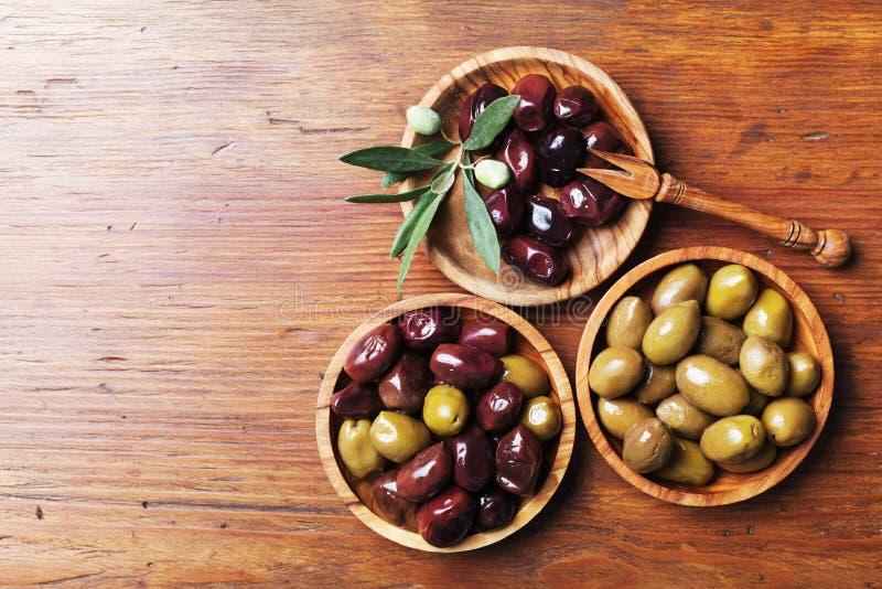 Olika oliv i bunkar på träbästa sikt för köksbord royaltyfria bilder