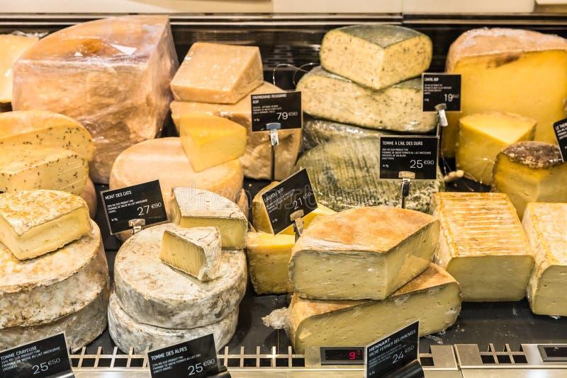 Olika ostar på skärm i en fransk supermarket Paris Fra royaltyfri fotografi
