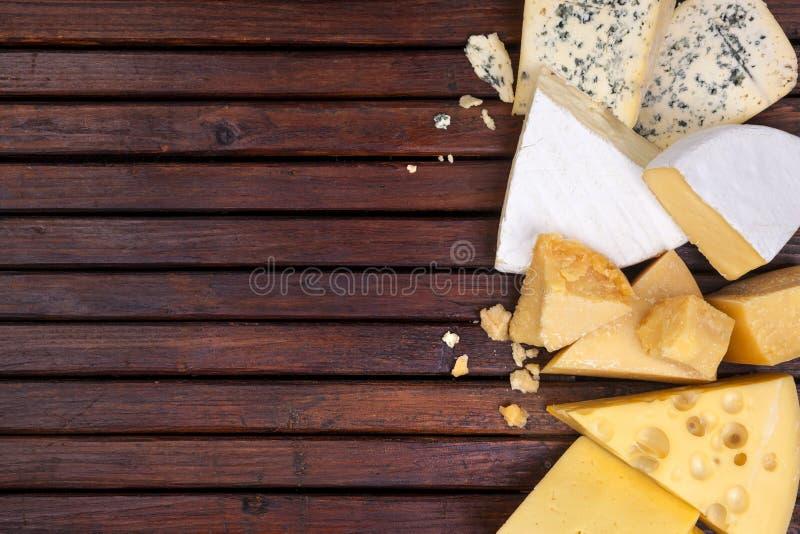 Olika ostar på trätabellen med tomt utrymme arkivbilder