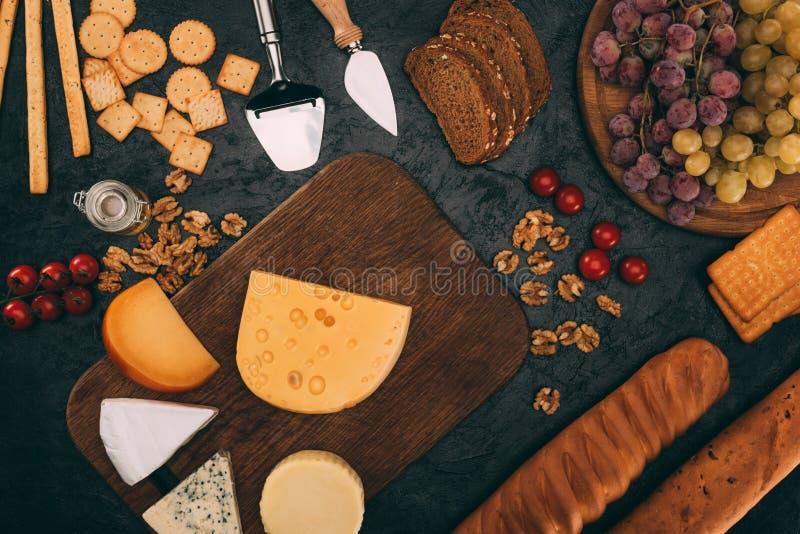 Olika ostsorter, bröd och druvor arkivfoton