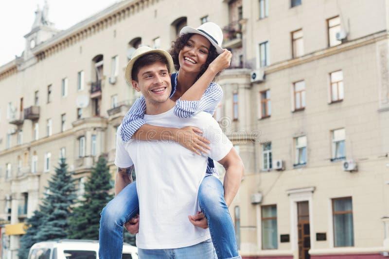 Olika par som har roligt och tycker om rida på ryggen royaltyfri foto