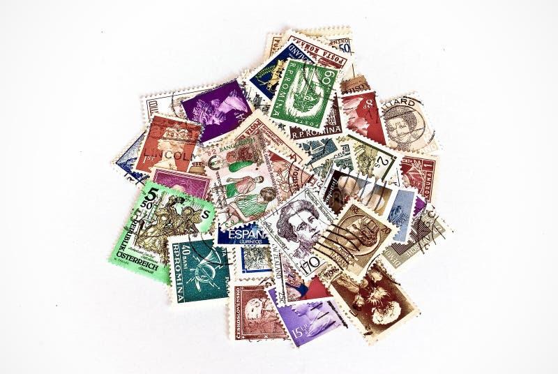 olika portostämplar för länder arkivfoton