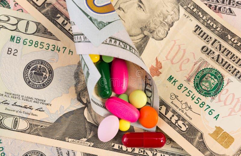 Olika preventivpillerar i slågen in dollarsedel royaltyfri fotografi