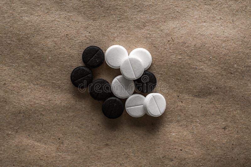 Olika preventivpillerar på papper royaltyfri foto