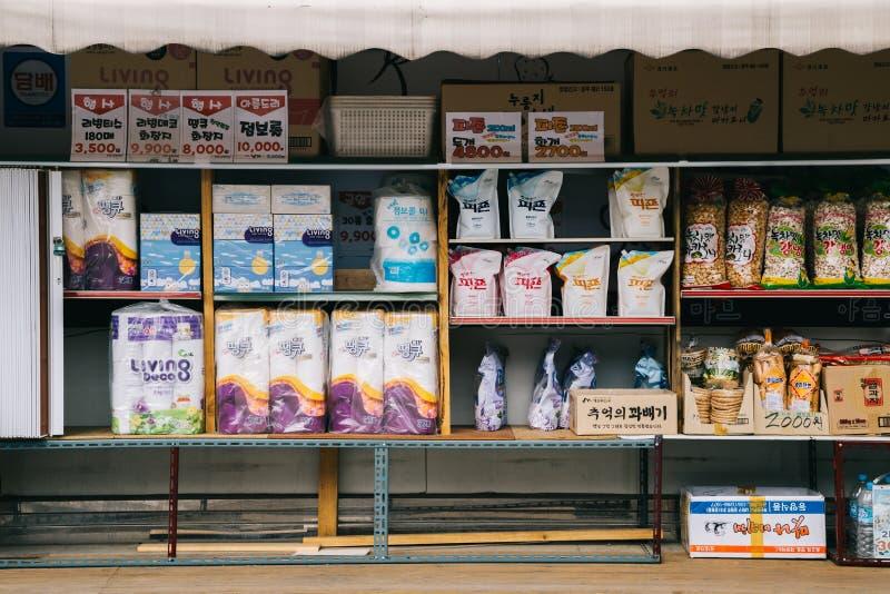 Olika produkter på hylla i koreansk supermarket fotografering för bildbyråer