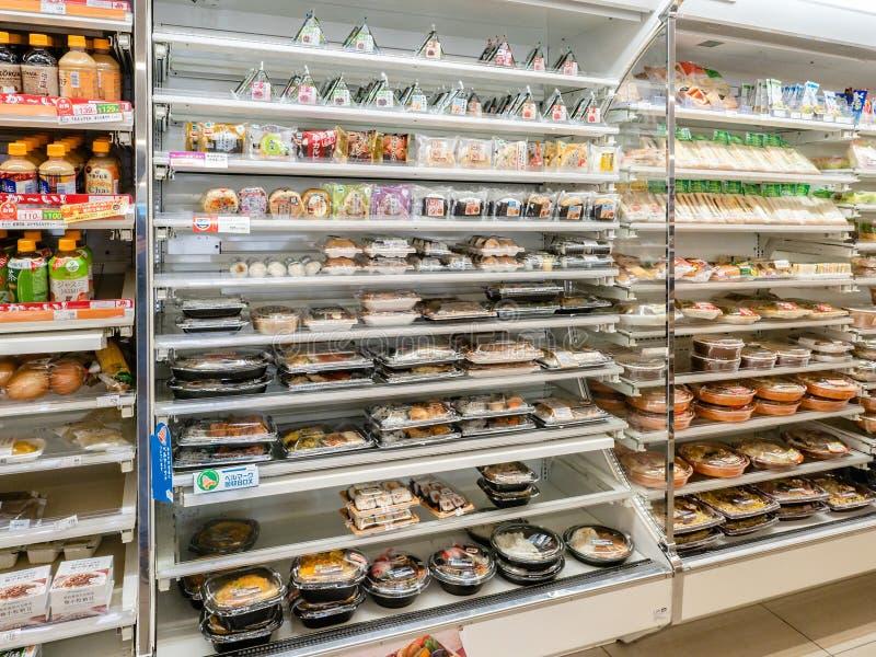 Olika produkter på hyllorna i Kyoto royaltyfri bild