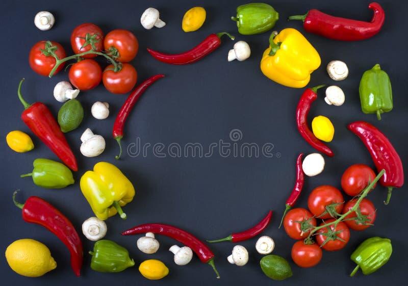 Olika rå grönsaker och kryddor på svart bakgrund äta som är sunt Höstskörd och sunt begrepp för organisk mat arkivfoto