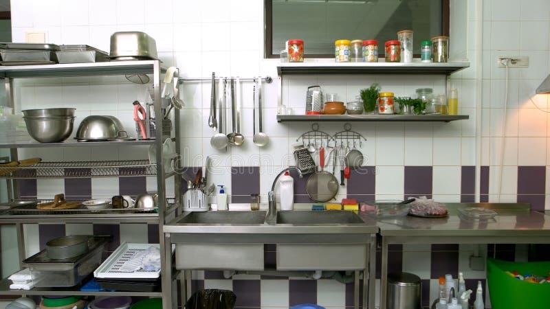 Olika redskap på kommersiellt kök arkivfoto